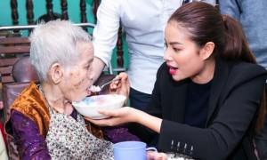 Hoa hậu Phạm Hương bón cơm cho cụ bà neo đơn