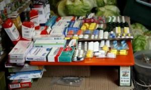 Thuốc men bán chung với rau củ ngoài 'chợ trời' Venezuela
