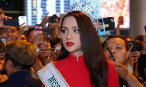 Người hâm mộ chen chân đón Hương Giang về nước