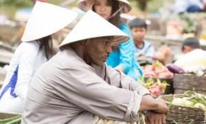 Mike Tyson tán tỉnh Trương Quân Ninh trong phim đóng tại Việt Nam