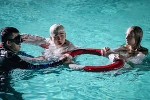 Chi Dân bám phao cứu sinh khi quay MV vì không biết bơi