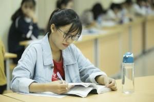 Đêm tự học tại thư viện của cô gái sinh viên y khoa