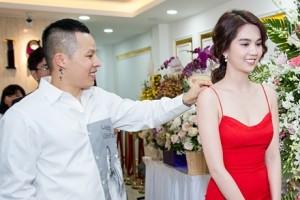 Vũ Khắc Tiệp chỉnh váy cho Ngọc Trinh ở event